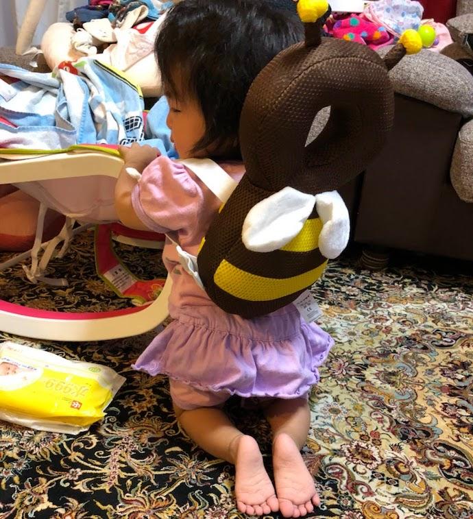 赤ちゃんの頭を保護するハチリュックを背負ったイメージ