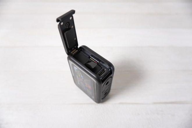GoPro HERO8 BlackのバッテリーとSDカードと充電の差込口