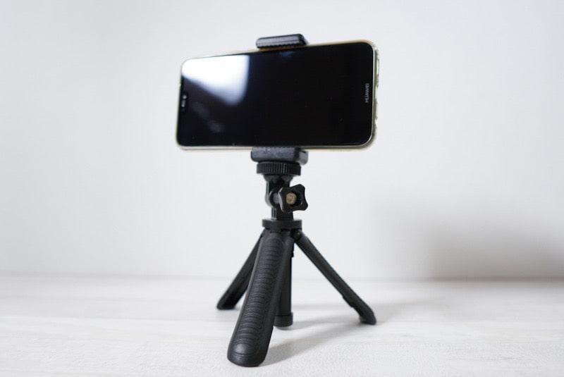 『Taisioner』のミニ自撮り棒に三脚ネジマウントとスマートフォンを取り付け